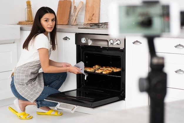 Jonge vrouw koken voor een video