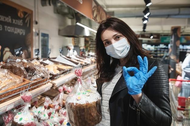 Jonge vrouw koopt pasen brood