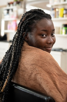 Jonge vrouw krijgt haar haren gedaan in de schoonheidssalon