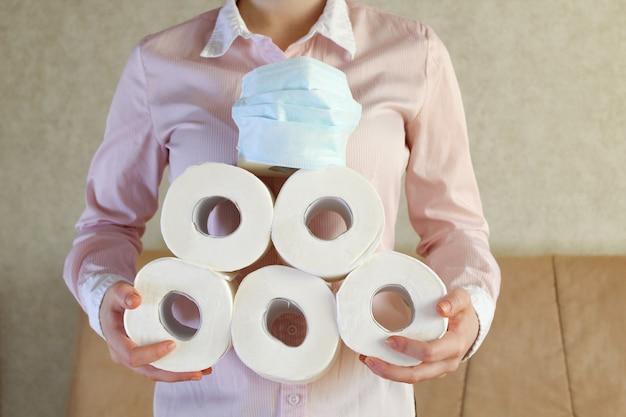 Jonge vrouw krijgt toiletpapier voor thuisquarantaine van coronavirus covid-19.