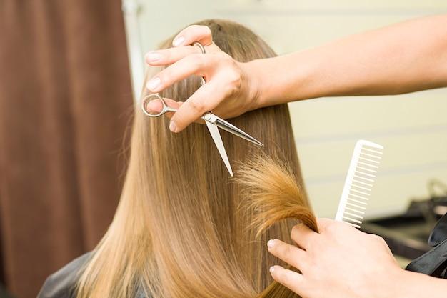 Jonge vrouw laat haar haar knippen