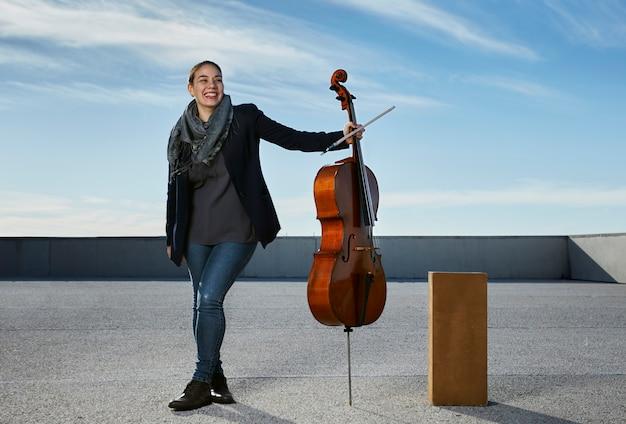 Jonge vrouw lachen blij met haar instrument