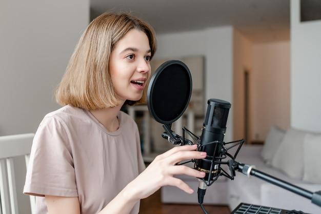 Jonge vrouw legt vast hoe ze thuis zingt