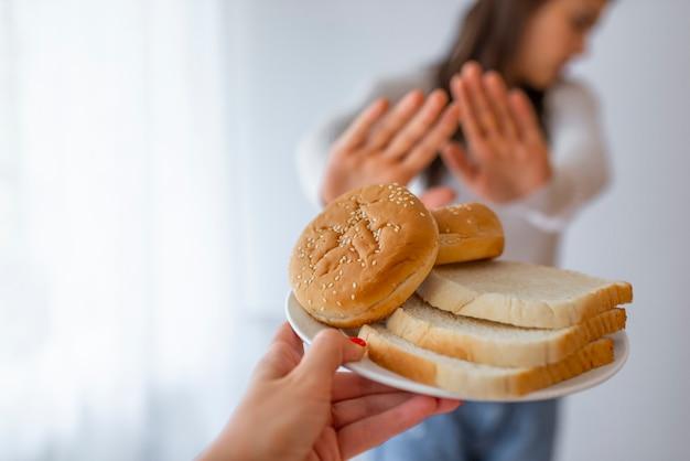 Jonge vrouw lijdt aan een gluten.