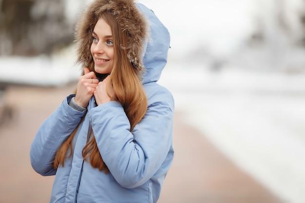 Jonge vrouw loopt in het winterpark