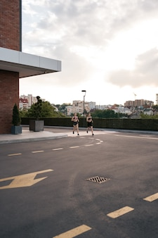 Jonge vrouw loopt op de stoep in de ochtend. gezondheidsbewust concept.