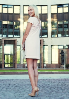 Jonge vrouw lopen op straat