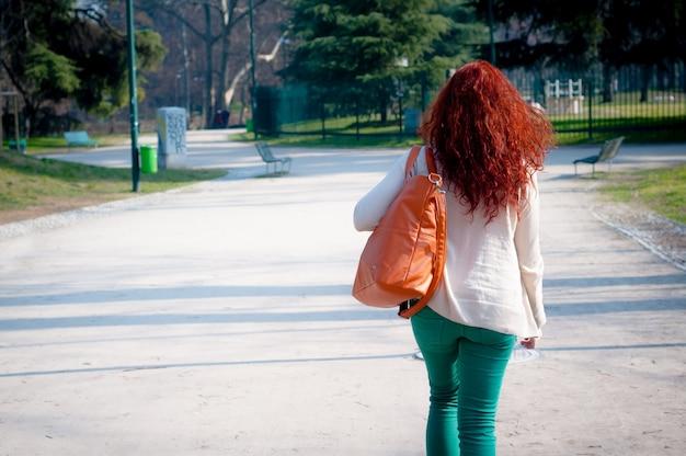 Jonge vrouw lopen