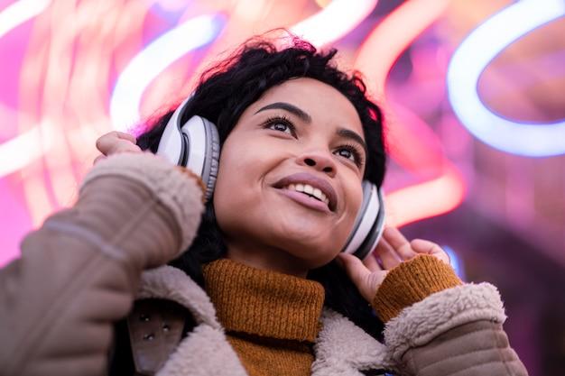 Jonge vrouw luisteren naar muziek via een koptelefoon