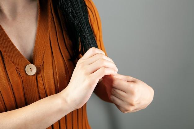Jonge vrouw maakt haar haar recht met haar handen