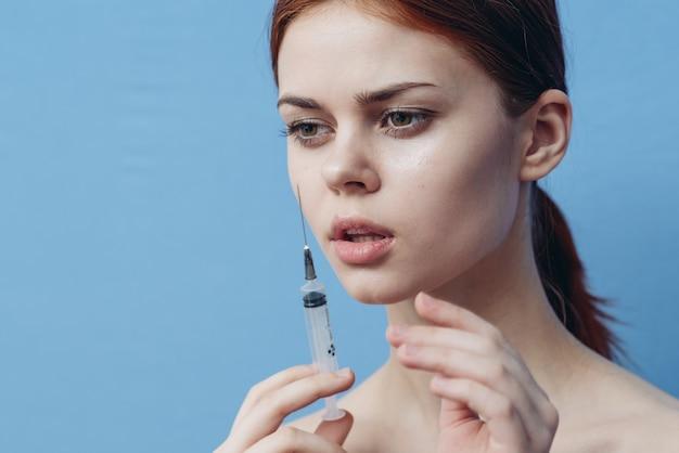 Jonge vrouw maakt injecties in het gezicht en schoonheidsprocedures
