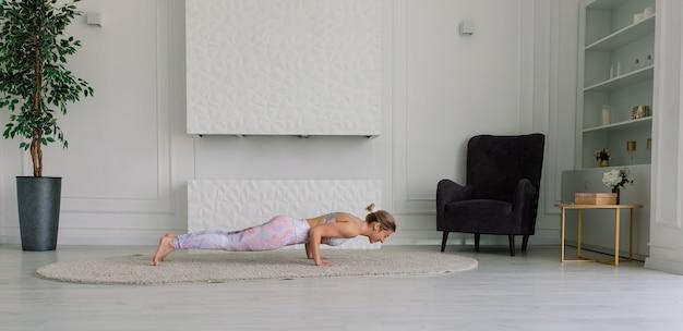 Jonge vrouw mediteert, doet yoga thuis, achter-, voor- en zijaanzicht