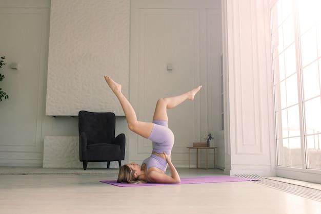 Jonge vrouw mediteert thuis, achter-, voor- en zijaanzicht