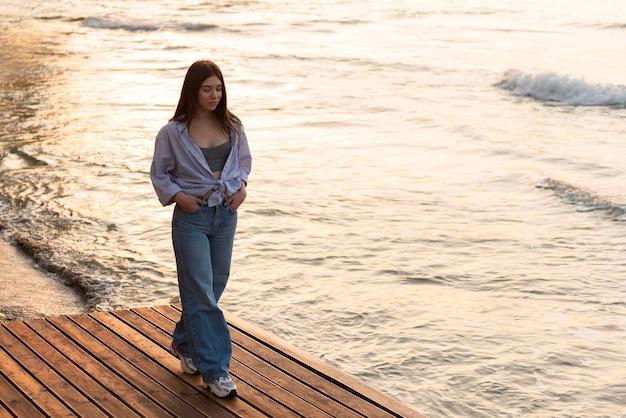 Jonge vrouw mediteren naast zee