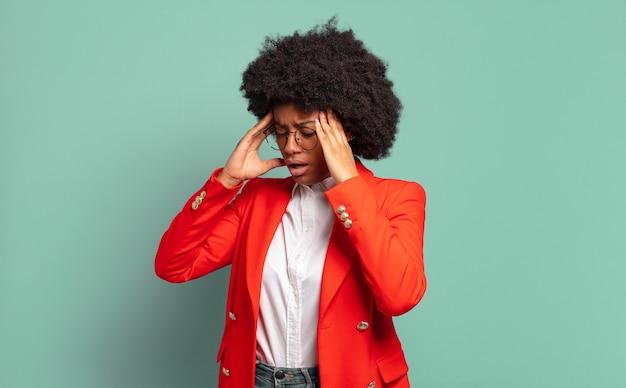Jonge vrouw met afrokapsel