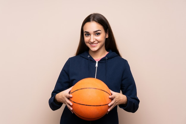 Jonge vrouw met bal van basketbal