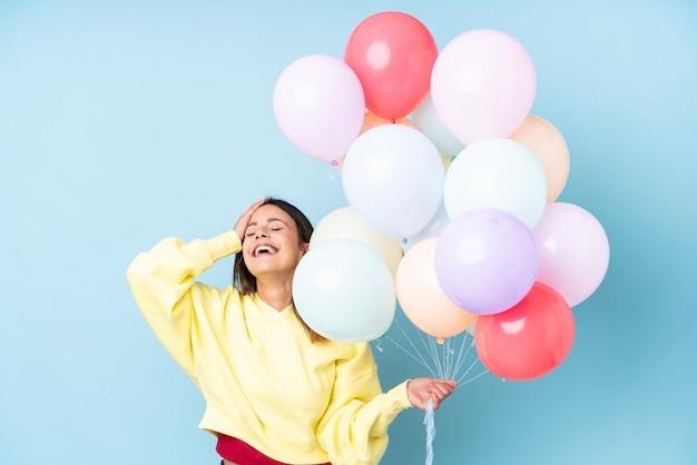 Jonge vrouw met ballonnen