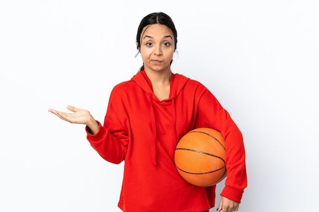 Jonge vrouw met basketbalbal