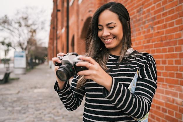Jonge vrouw met behulp van een professionele camera