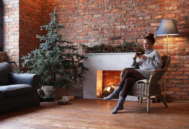 Jonge vrouw met behulp van smartphone thuis