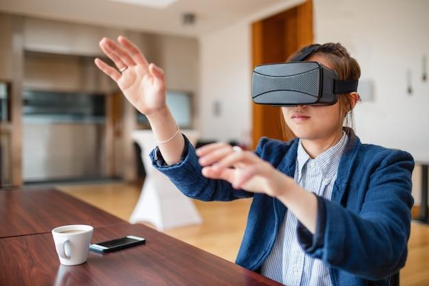Jonge vrouw met behulp van virtual reality-bril