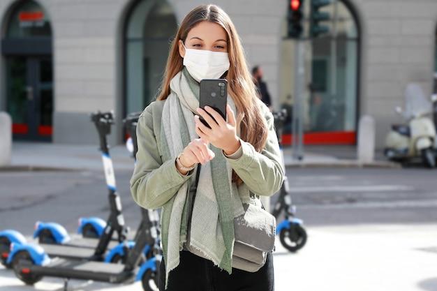 Jonge vrouw met beschermend masker