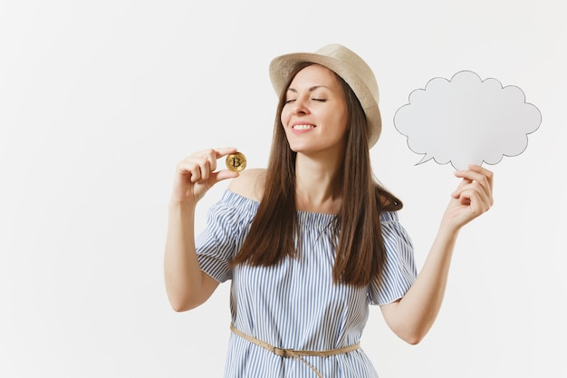 Jonge vrouw met bitcoin, munt van gouden kleur, lege blanco say cloud, tekstballon geïsoleerd op een witte achtergrond. financiën, online zaken, virtueel valutaconcept. reclame gebied. ruimte kopiëren