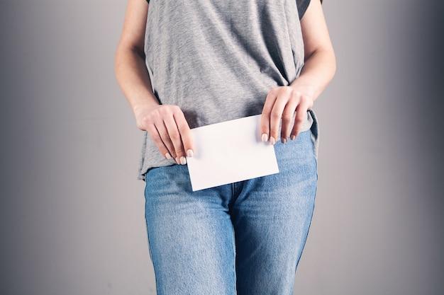 Jonge vrouw met blanco papier