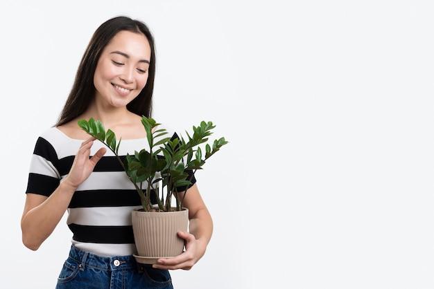 Jonge vrouw met bloempot
