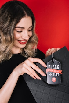 Jonge vrouw met boodschappen op zwarte vrijdagdag