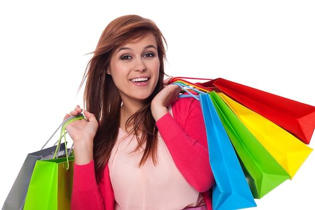 Jonge vrouw met boodschappentassen en glimlachen