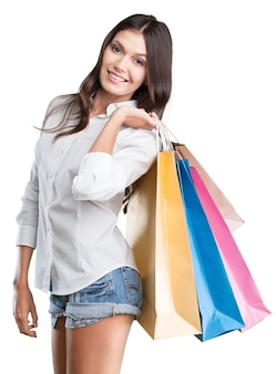 Jonge vrouw met boodschappentassen op background