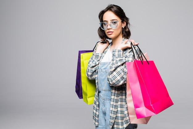 Jonge vrouw met boodschappentassen. verkoop concept
