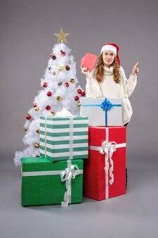 Jonge vrouw met brief aan de kerstman op licht