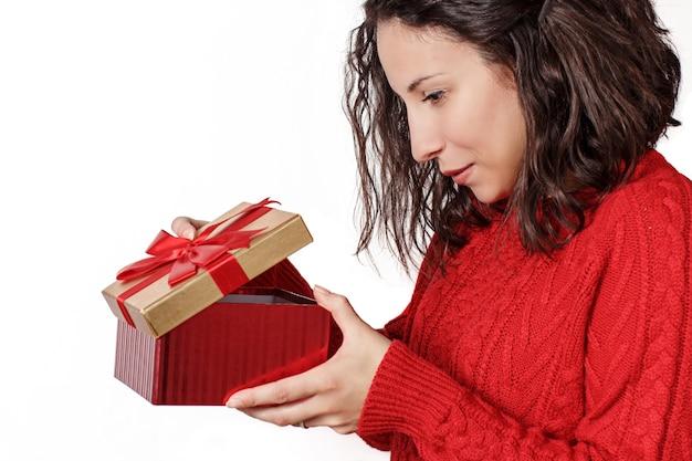 Jonge vrouw met cadeau in handen close-up