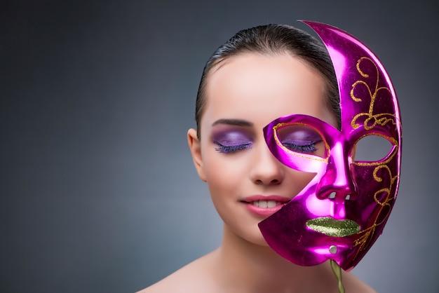 Jonge vrouw met carnaval-masker