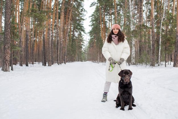 Jonge vrouw met chocolade labrador