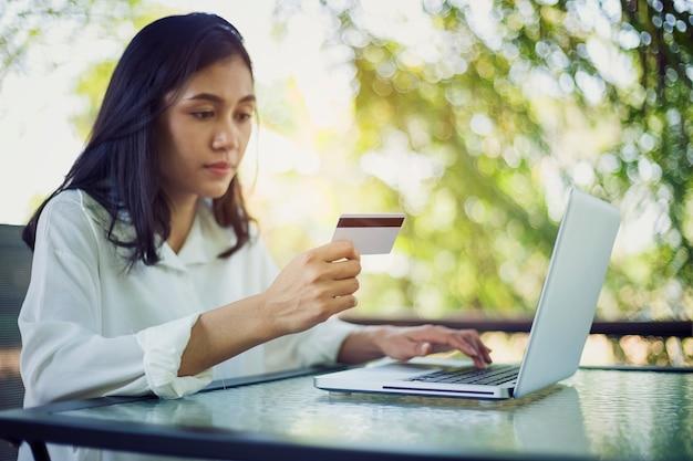 Jonge vrouw met creditcardbetaling van online het winkelen