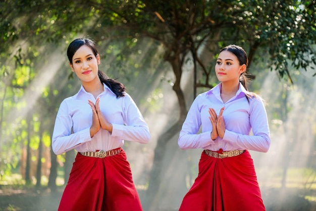 Jonge vrouw met de thaise stijl van de repetitiestijl.
