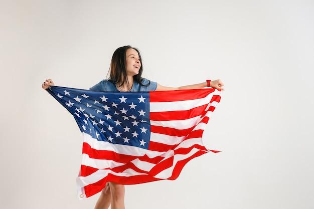 Jonge vrouw met de vlag van de verenigde staten van amerika