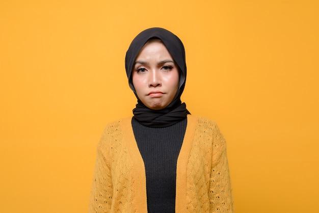 Jonge vrouw met droevig gezicht