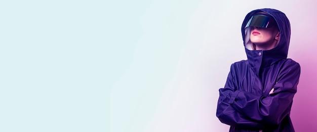 Jonge vrouw met een bril budushego bp en voegde een blauwe jas toe op een lichte gradiëntachtergrond. banier.