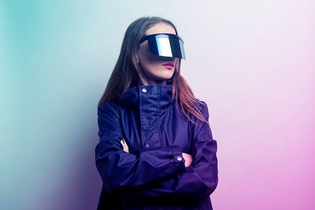 Jonge vrouw met een bril budushego bp en voegde een blauwe jas toe op een lichte gradiëntachtergrond.