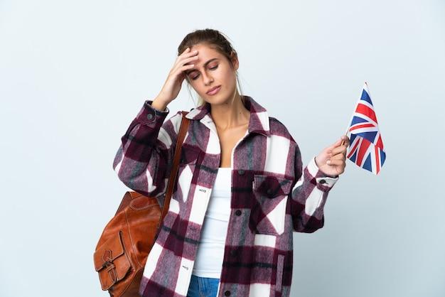 Jonge vrouw met een britse vlag geïsoleerd op een witte achtergrond met hoofdpijn