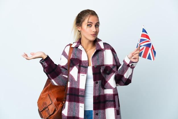 Jonge vrouw met een britse vlag poseren geïsoleerd tegen de blinde muur