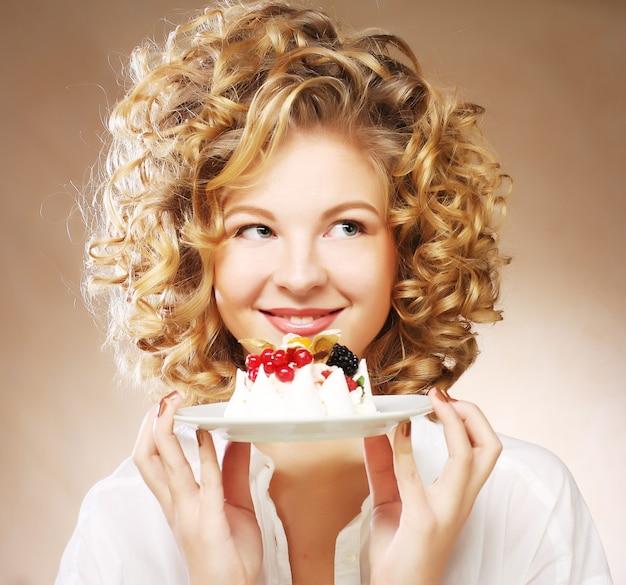 Jonge vrouw met een cake
