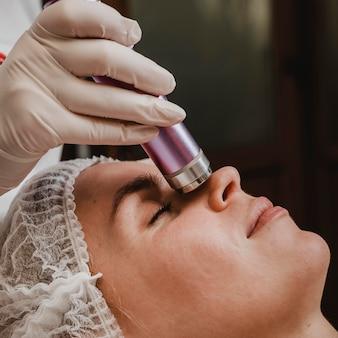 Jonge vrouw met een cosmetische behandeling in het wellnesscentrum