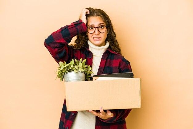 Jonge vrouw met een doos voor een verhuizing