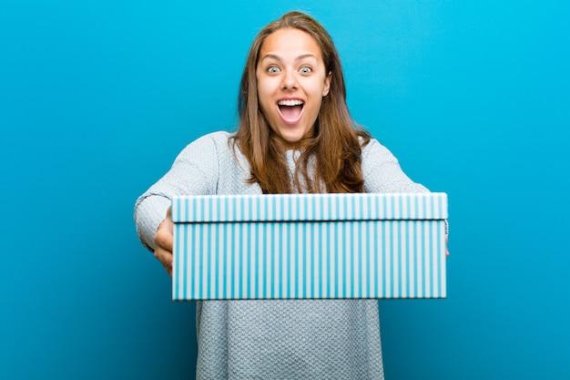 Jonge vrouw met een doos