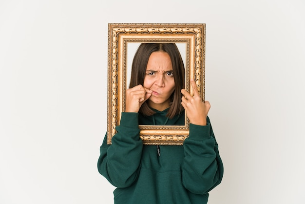 Jonge vrouw met een frame